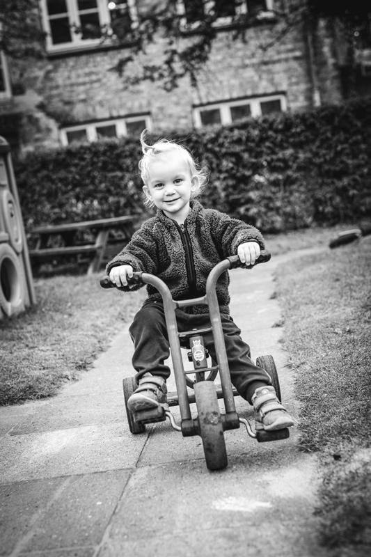 Børnehavefotografering på legepladsen